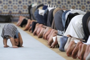 Photo-of-child-imitating-prayers-in-a-mosque-chosen-best-picture-of-the-week